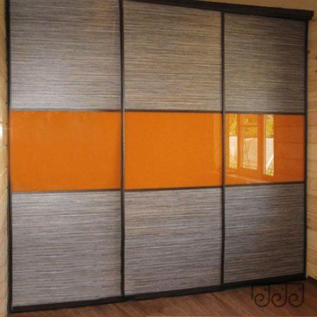 Шкаф-купе с оранжевой-глянцевой вставкой