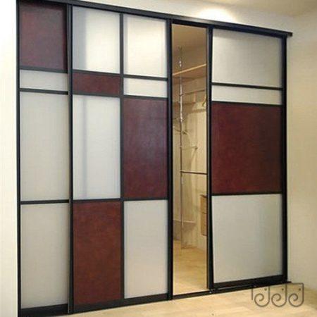 Раздвижная перегородка с матовым стеклом в гардероб